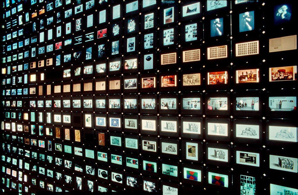 Dia-Installation an der Schaufensterscheibe der bildo akadmie