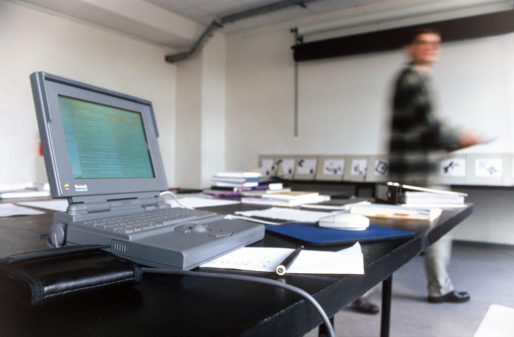 Konferenz an der bildo akademie (erstes Apple Laptop)